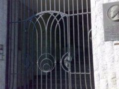 ornamentální kovová mříž