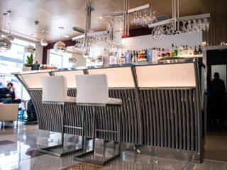 Bar v hotelu - vyroben z různých druhů a povrchových úprav nerezových materiálů