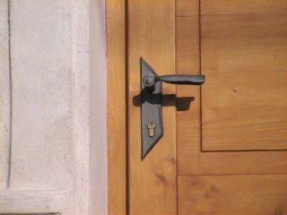 dveře s kovovou klikou