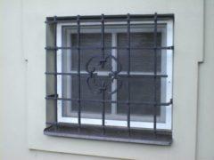 kovová mříž před okno
