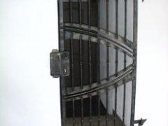 kovová bezpečnostní mříž