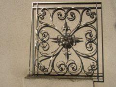 kovová ornamentální mříž