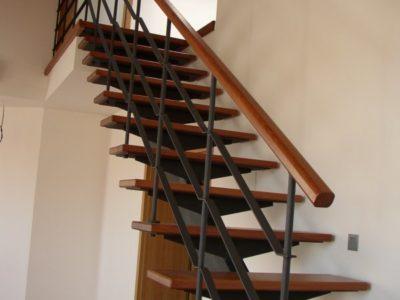 schodiště ze dřeva a kovu